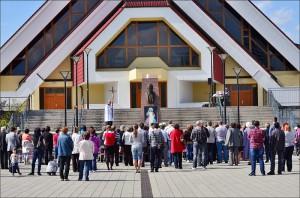Pobožnosť pri soche Jána Pavla II. na námestí pred kostolom (27.04.2014)