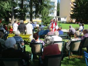 Sv. omša v prírode na Karpatskej 6 pre obyvateľov penziónu (25.7.2019)